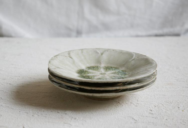 灰釉花弁皿
