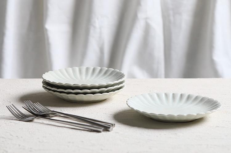 白磁輪花6寸皿(菊)