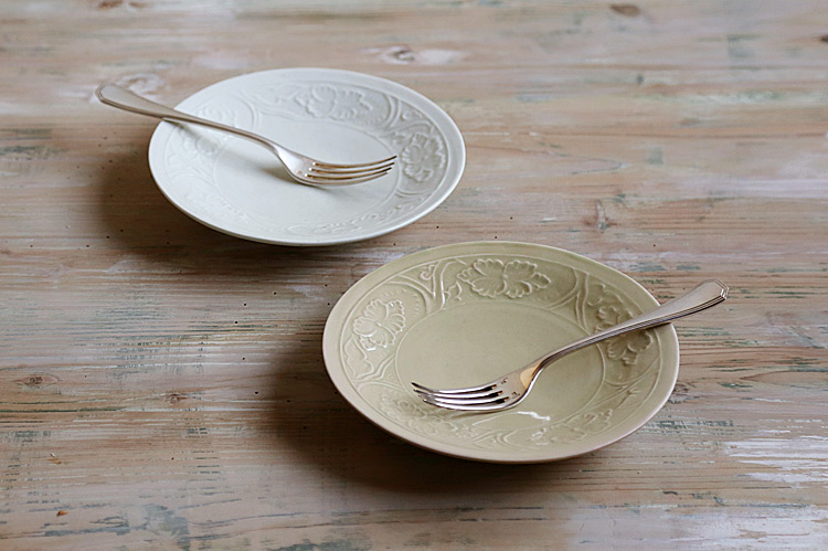 白磁陽刻牡丹文5.5寸皿