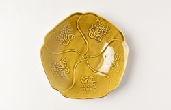 黄磁陽刻菊花文輪花皿