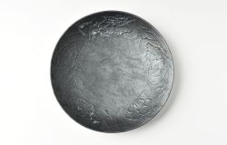 鉄彩陽刻牡丹文7.5寸皿