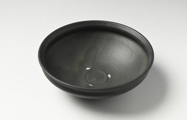 荒賀文成 黒釉五寸馬盥皿